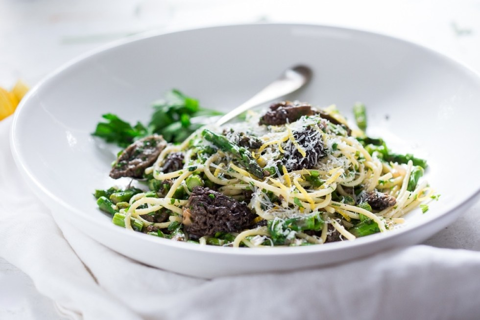 Spring Pasta Salad with Asparagus, Morels and Lemon Parsley Dressing. Zesty and flavorful, make this in 30 minutes! | www.feastingathome.com