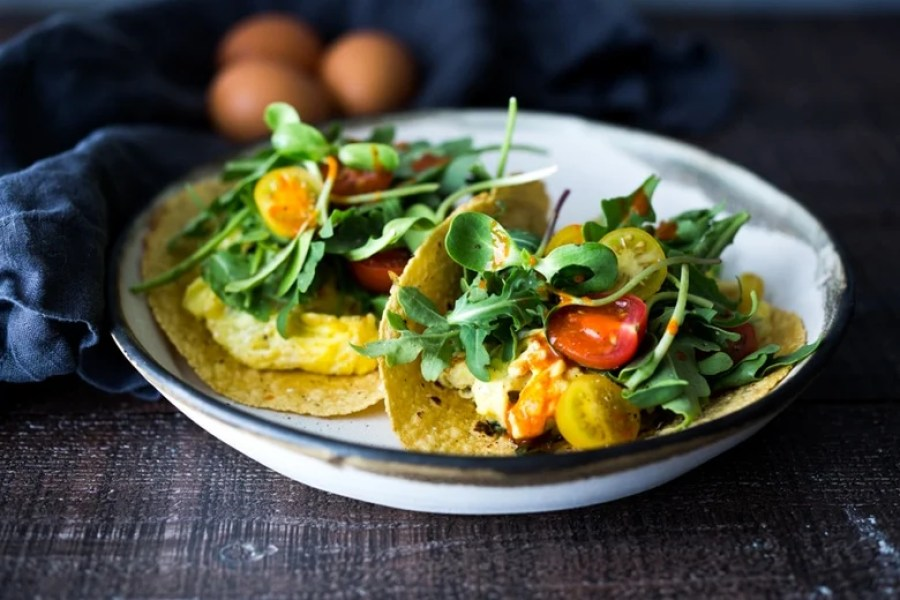 Scrambled Egg Tacos- these make for a quick healthy dinner, breakfast, or a late night snack- these healthy vegetarian tacos can be made in 15 minutes!