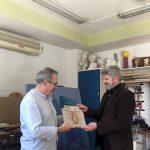 Ricardo-Goñi-entregando-obra-donada-FECS