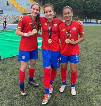 Valeria Del Campo en el centro junto a María Paula Salas y María Paula Porras