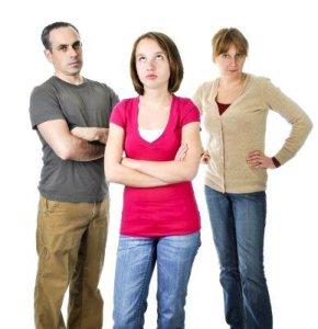 famiglia-adolescenti-mamma-papa-casa-bambini-stress-arrabbiati