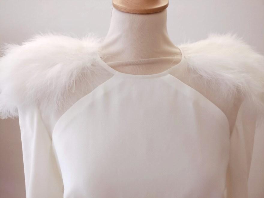 détail robe de mariée en crêpe et plumes