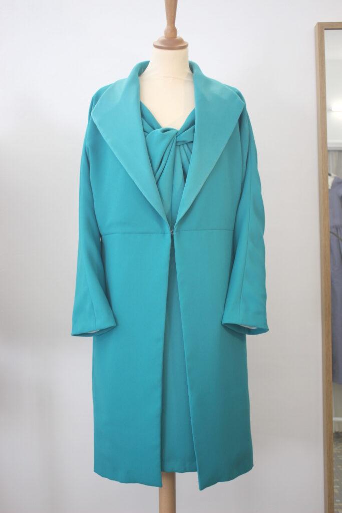 Ensemble robe et manteau en crêpe par Fée au Château vos créations couture à Versailles