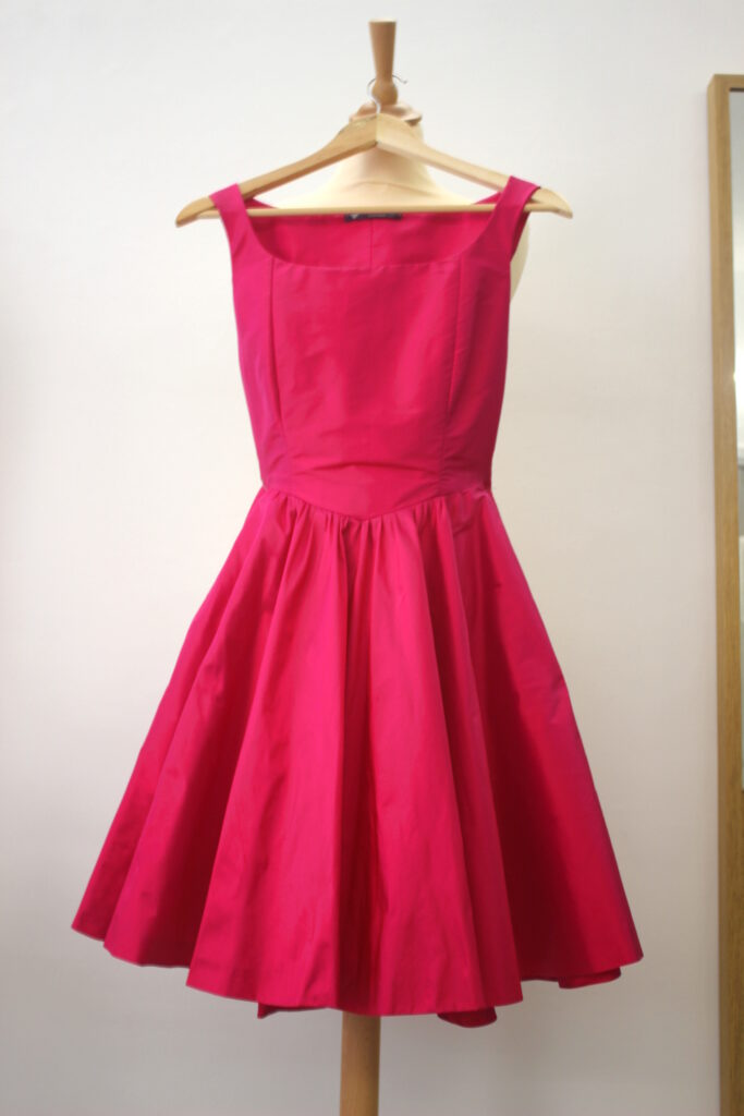 Robe en soie rose shocking