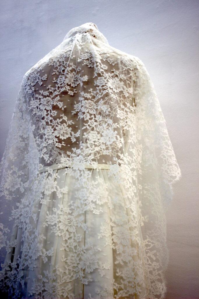 Voile de mariée en dentelle de Calais Caudry par Fée au Château vos créations couture à Versailles