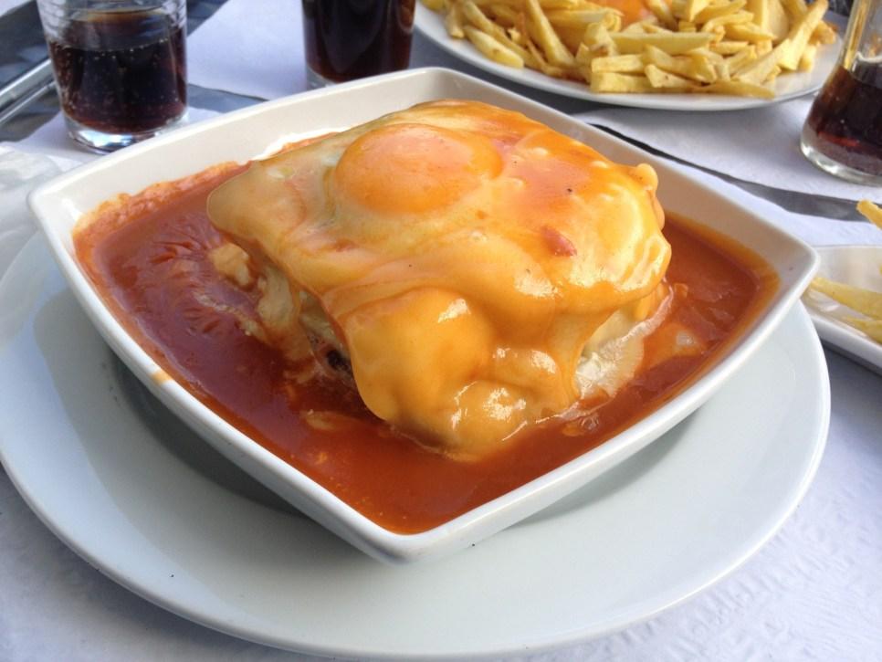 Francesinha com ovo