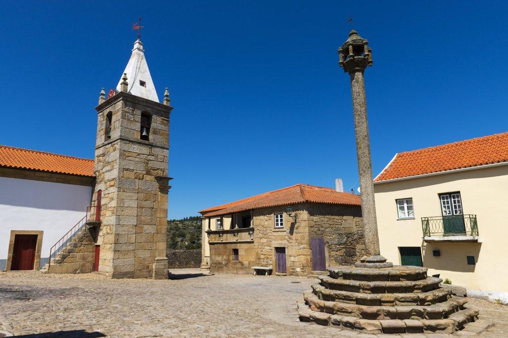 Vista da Praça Central com Igreja e Pelourinho