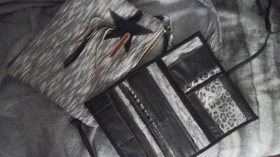 Pochette cuir et lainage avec son portefeuille