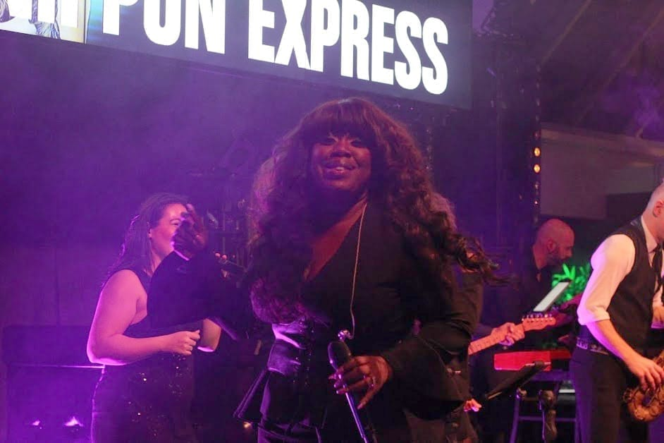 Leona Philippo en Berget Lewis 2 souldivas voor Nippon Express @ The Patio Claus feestband.com