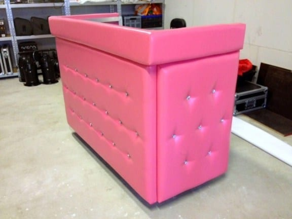 DJ-boeken-DJbooth-DJ-booth-meubel-gecapitonneerd-leer-roze-kleur