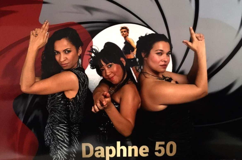 Daphne Deckers viert in James Bond stijl haar verjaardag met Boston Tea Party | feestband.com