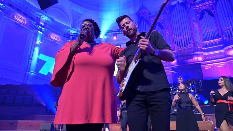 IV-groep viert 70 jaar jubileum in het Concertgebouw met zangeres Shirma | feestband.com