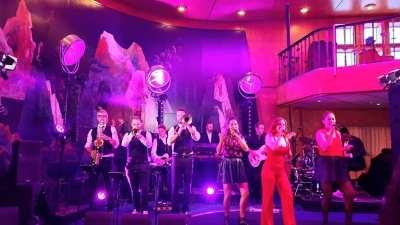 Royal Steensma laat de Friezen dansen op de SS Rotterdam Cruise Hotel | feestband.comrige bestaan van het bedrijf werd dus op gepaste wijze gevierd.