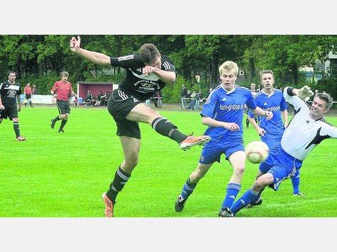 Sven Navers (links) legte sich den Ball selbst mit dem Kopf vor und zog dann ab zum 1:0. Der RSV Landkirchen kratzte am Aufstieg in die Verbandsliga, am Ende jubelte jedoch der VfL Oldesloe.