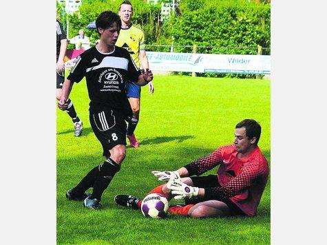 Kevin Grimm (l.) beendete seine Fußballpause und lief im ersten Testspiel für den RSV Landkirchen auf.