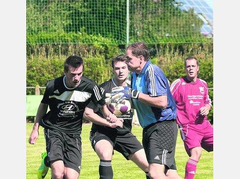 Zu spät: Peter Minch (l.) und Carsten Micheel verpassen den Ball. TSV-Keeper Bernd Heinrich schnappt ihn sich. Der RSV verlor das Auftaktspiel gegen Sarau mit 0:3