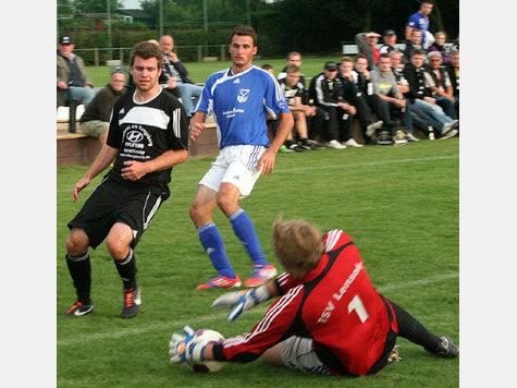 Phil Jürgens (l.) ist mit dem RSV Landkirchen gestern Abend nach einer 1:4-Niederlage gegen den TSV Lensahn aus dem Kreispokal ausgeschieden