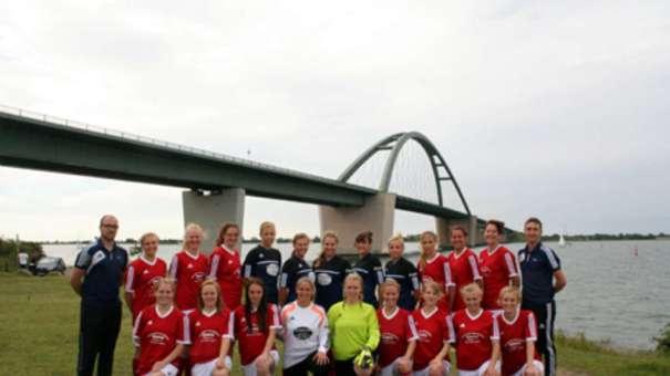 Die Frauen der SG Insel Fehmarn gehen mit fünf Neuzugängen in die kommende Spielzeit. Eine Platzierung unter den ersten drei Mannschaften strebt SG-Coach Kevin Grapengeter (r.) in der Kreisliga an. © Fehmarn24/privat