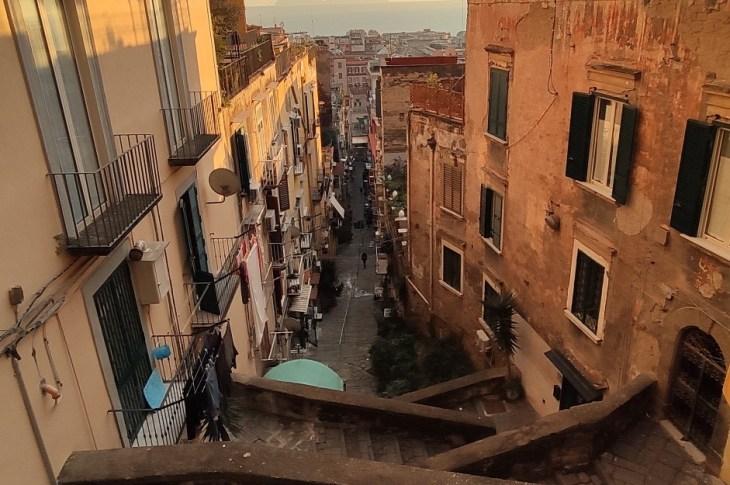 Da qui una Napoli classica, dai colori pastellati.