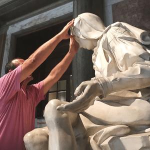 Felice Tagliaferri tocca la Pietà