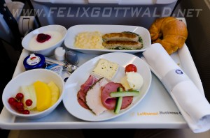 Lufthansa_A321_D-AIRB_FRA_2013-11-11_Business Class_Breakfast
