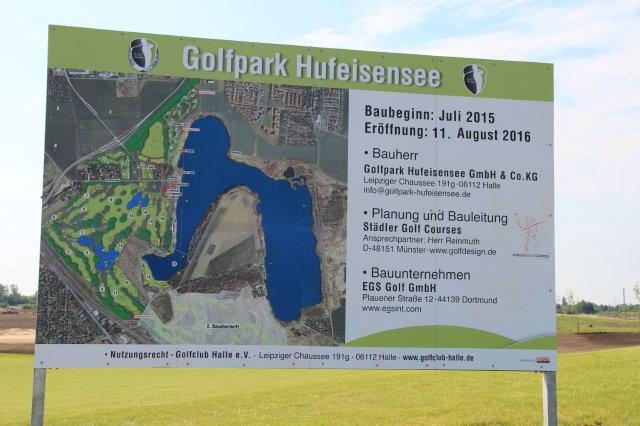 Das Baustellenschild für den Golfplatz am Hufeisensee, Foto XKN