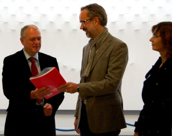 Über 600 Unterschriften: Ausschussvorsitzender Thomas Lippmann (Linke) nimmt von den Petitionssprechern Emiel Hondelink und Marion Stekly (v.l.) die Petition für die Weiterbeschäftigung der Sprachlehrer im Land entgegen.