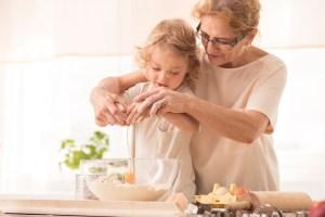 Avó e criança cozinha