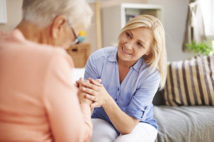As mulheres cuidam mais dos pais idosos que os homens