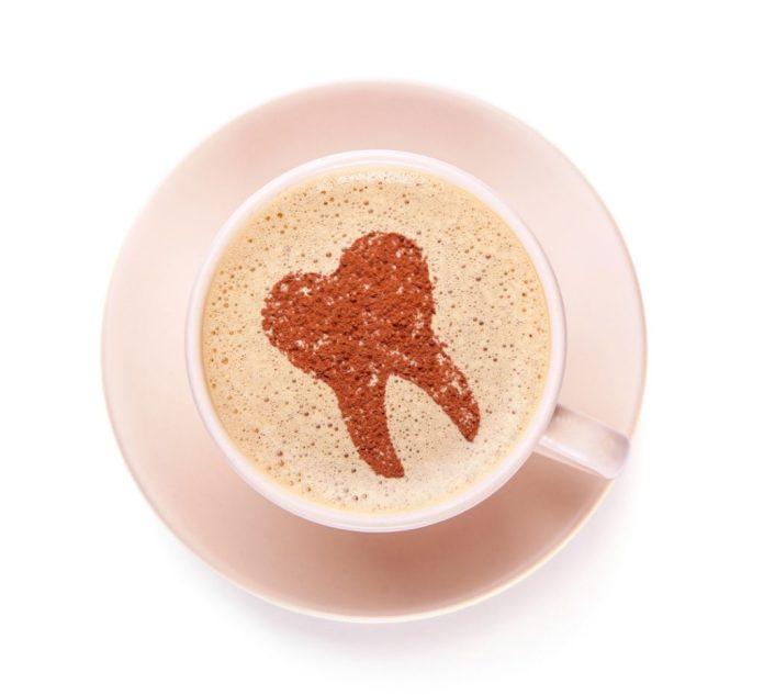Como evitar as manchas nos dentes causadas pelo café