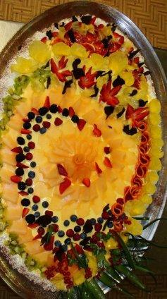 A base di pan di spagna e crema chantilly decorata alla frutta, ideale per festeggiare compleanni, comunioni e cerimonie..