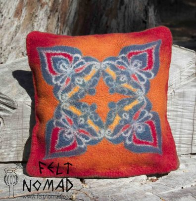 This wonderful felted pillow plays with a motif I found on an ancient Hungarian metal button. Lets say I know now that different crafts has its different principles, and what is made out of metal maybe not suitable for felt. But I had fun to create this pillowcase.