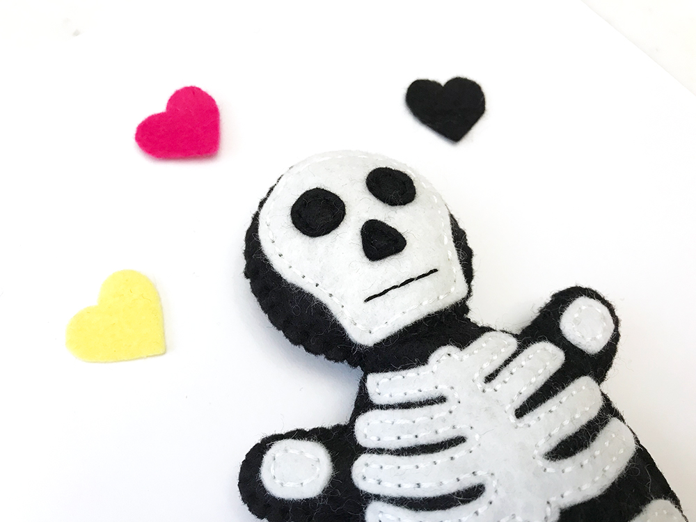 Free pattern: Felt skeleton softie