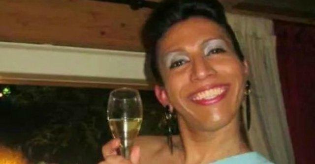 Trans muore, al funerale la famiglia la vesta da uomo