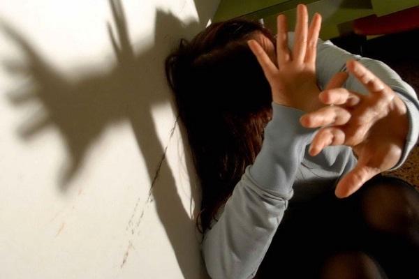 Ostia: donna massacrata dall'amante, si finge morta per salvarsi