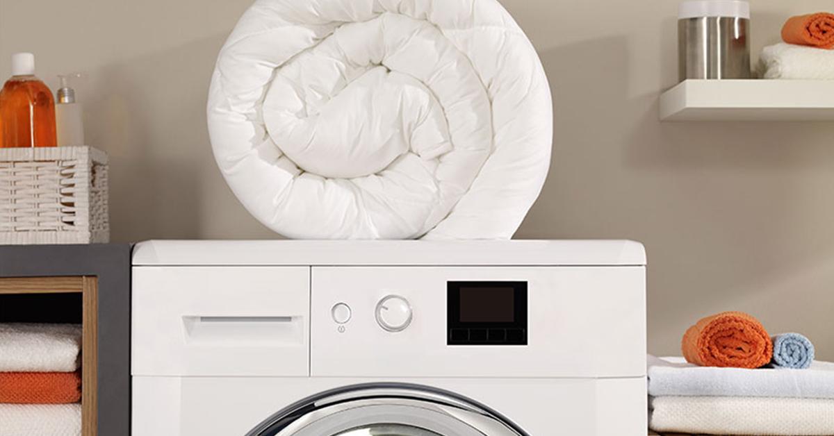 Lavare un piumino da letto in lavatrice? È possibile, ma attenzione anche a come conservarlo