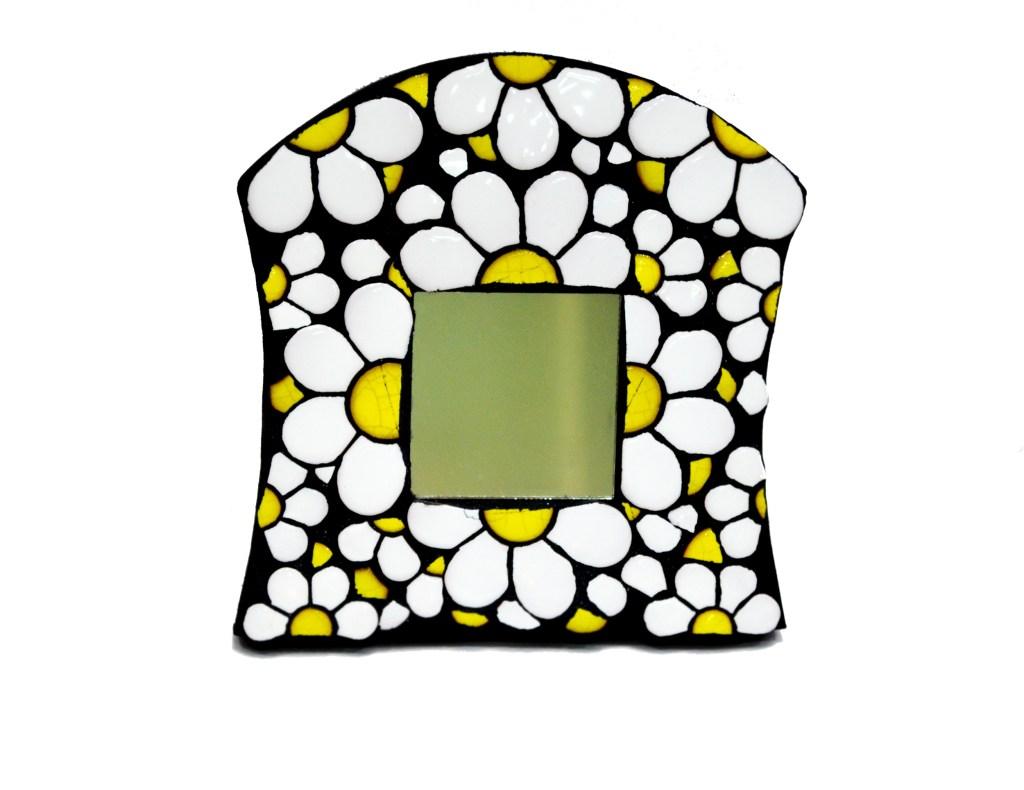 Grana Trencadis lanza un espejo intervenido con piezas cerámicas