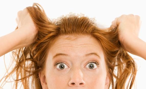La tricotilomanía: conducta compulsiva de arrancarse el cabello.