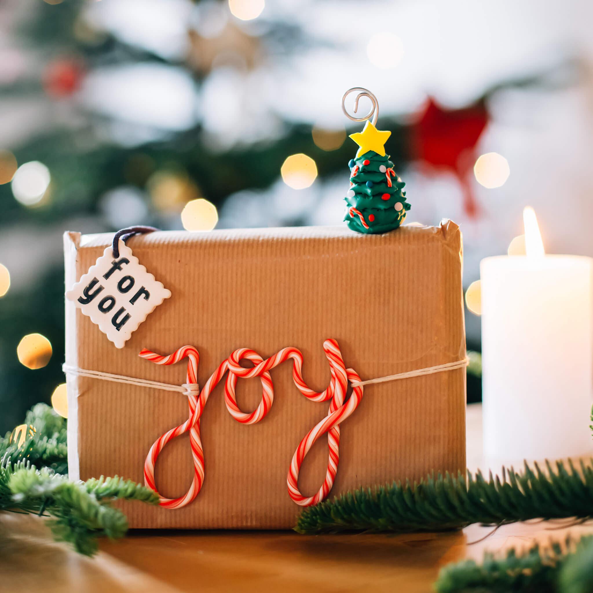Kerstdecoratie maken met FIMO klei | Maak leuke kerstdecoratie met FIMO klei en pak bijvoorbeeld je kerstcadeautjes leuk in met labels van klei of maak kerstboompjes!