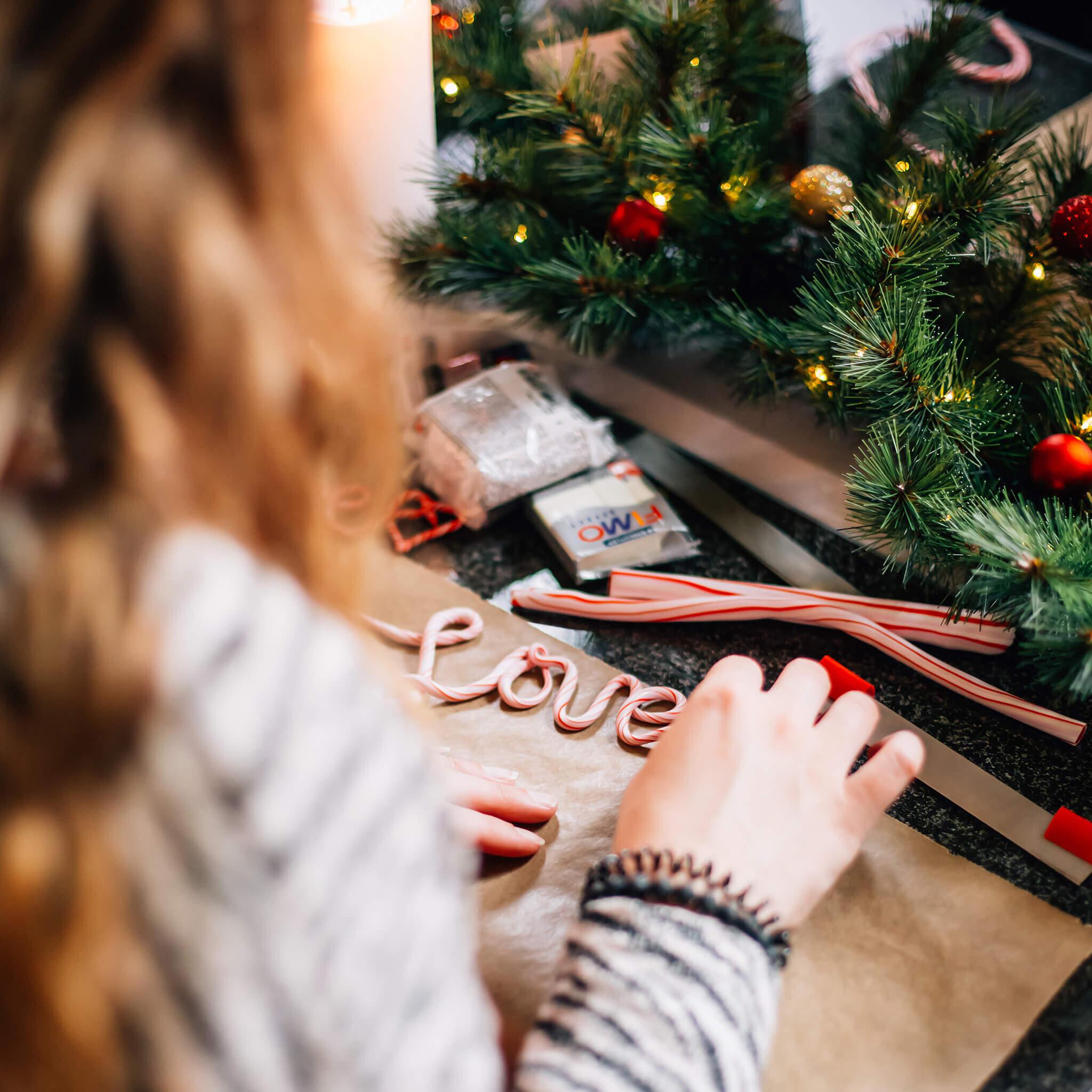 Kerstdecoratie maken met FIMO klei | Maak leuke kerstdecoratie van FIMO klei zoals deze candy cane tekst