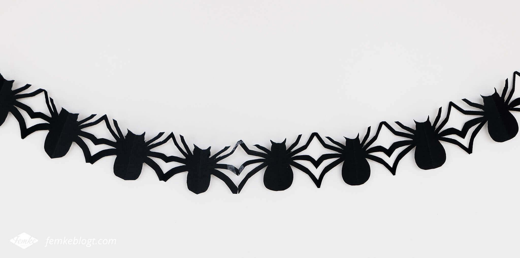DIY Halloween decoratie | Slinger van spinnen