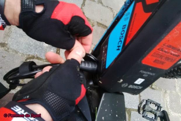 Branchement de la batterie sur le vélo.