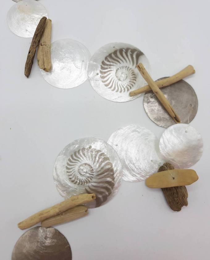 Γιρλάντα από άσπρά και γκρι/καφέ φίλντισι με ζωγραφισμένους Ναυτίλους κοχύλια σε συνδυασμό με ξυλαράκια driftwood. Διάσταση: ύψος 180 cm