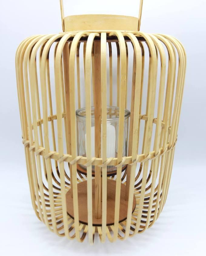 Φανάρι από μπεζ μπαμπού με γυαλί για να προστατεύει το κερί από τον άνεμο. Διάσταση: ύψους 43 cm, διαμέτρου 36 cm