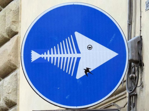 Fish_bones_arrow_sign_by_Clet_Abraham