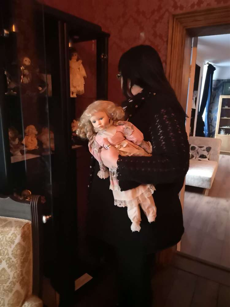 Lynda Street range le meuble de poupée - Sarah la poupée est connue sous le nom de 'Fire Starter' grâce aux informations de l'esprit qui la hante.  (26880845)