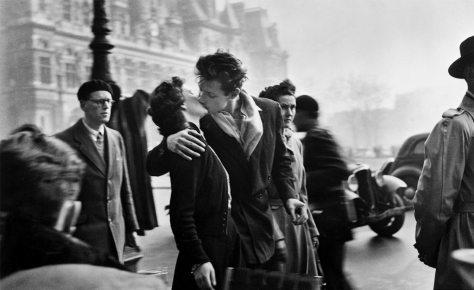 Robert-Doisneau-Le-Baiser-Hotel-de-Ville-Paris-1950
