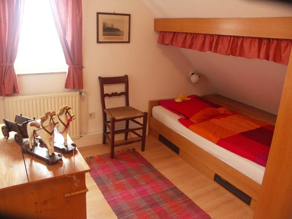 Schlafzimmer mit zwei gemütlichen Butzenbetten