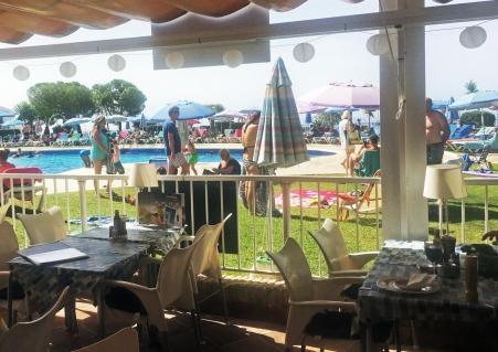 Restaurant mit Blick auf den Pool