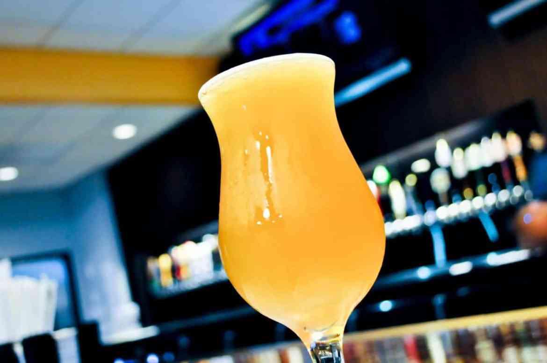 birra-servita-in-un-bicchiere-ghiacciato-senza-schiuma